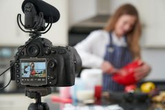 Vlogger f?mea que faz o v?deo social dos meios que cozinha aproximadamente para o Internet fotos de stock royalty free