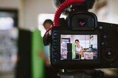 Vlogger femelle passant en revue un tapis de yoga photo stock