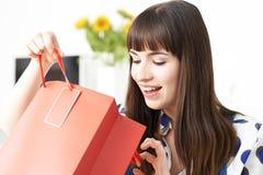 Vlogger femenino que presenta el vídeo sobre viaje de las compras Imágenes de archivo libres de regalías
