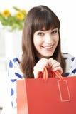 Vlogger femenino que presenta el vídeo sobre viaje de las compras Fotografía de archivo libre de regalías