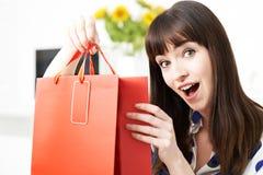 Vlogger femenino que presenta el vídeo sobre viaje de las compras Fotografía de archivo
