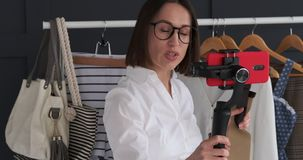Vlogger mówienie o modnym akcesorium i seans zbiory
