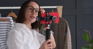 Vlogger nagrywa nowego wideo podczas gdy mówjący o modnym stroju i akcesorium zdjęcie wideo