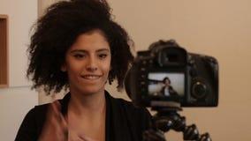 Vlogger que captura el vídeo con el dslr metrajes