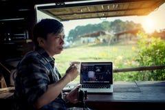 Vlogger tenant la tasse de café dans le café de cottage et regardant le ri photographie stock libre de droits