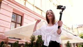 VLOGGING Vídeo do película da mulher na câmera na rua da cidade filme