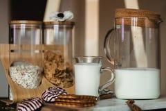 Vlokken en kop van melk voor ontbijtconcept gezond voedsel Warm stemmend beeld Het rustieke stileren royalty-vrije stock foto's