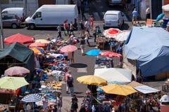 Vlooienmarkt in Alfama zoals die van het dak van Nationaal Pantheon wordt gezien Stock Foto's
