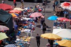 Vlooienmarkt in Alfama zoals die van het dak van Nationaal Pantheon wordt gezien Stock Fotografie