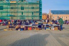 Vlooienmarkt bij straat, de vlo van de volkerenverkoop, stedelijke straat Reis p stock afbeelding