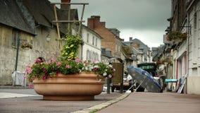 Vlooienmarkt in een klein dorp in Normandië, Frankrijk stock video