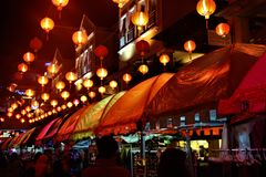 Vlooienmarkt en Chinese lantaarns bij nacht bij de kromme Maleisië stock foto's