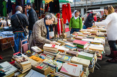 Vlooienmarkt in historisch Marche d Aligre in Parijs Stock Foto's