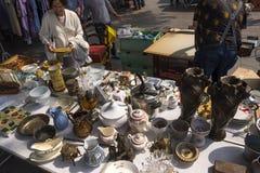 Vlooienmarkt in Normandië verscheidenheid van huishoudenpunten en porselein bij de vlooienmarkt in Rouen, Frankrijk stock fotografie