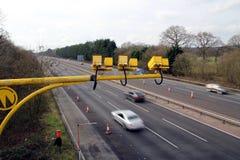 Vloot, Hampshire, het UK - 11 Maart 2017: De gemiddelde snelheidscamera's in verrichting op de M3-Autosnelweg met opzettelijke mo stock afbeelding