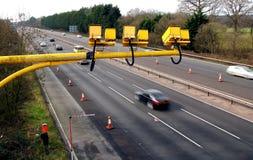Vloot, Hampshire, het UK - 11 Maart 2017: De gemiddelde snelheidscamera's in verrichting op de M3-Autosnelweg met opzettelijke mo stock afbeeldingen