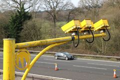 Vloot, Hampshire, het UK - 11 Maart 2017: Gemiddelde snelheidscamera's in verrichting op de M3-Autosnelweg om voertuigsnelheid to royalty-vrije stock afbeeldingen