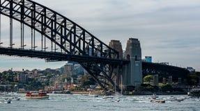 Vloot van kleine boten die onder Sydney Harbour Bridge overgaan royalty-vrije stock fotografie