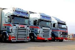 Vloot van Lange Transportvrachtwagens stock afbeeldingen