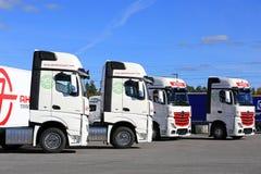 Vloot van Mercedes-Benz Actros Trucks en Blauwe Hemel stock foto's