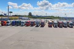 Vloot van opleggervrachtwagens in binnenplaats van logistiekpark stock afbeelding