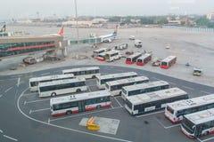 Vloot van passagiersbussen bij de luchthaven stock afbeeldingen