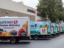 Vloot van Safeway-de leveringsvrachtwagens van de huiskruidenierswinkel buiten opslagplaats stock fotografie