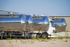 Vloot van tankervrachtwagens zij aan zij royalty-vrije stock fotografie