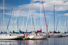 Vloot van zeilboten op het water worden gedokt dat Stock Foto