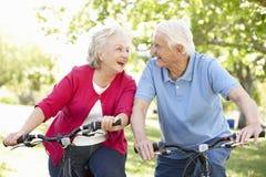 Vélos aînés d'équitation de couples Images stock