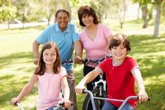 Vélos hispaniques d'équitation de famille en stationnement Photos libres de droits