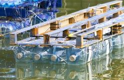 Vlot van gerecycleerde plastic flessen wordt gemaakt die stock afbeeldingen