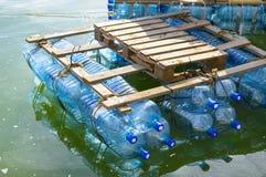 Vlot van gerecycleerde plastic flessen wordt gemaakt die royalty-vrije stock foto's