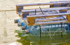 Vlot van gerecycleerde plastic flessen wordt gemaakt die royalty-vrije stock fotografie