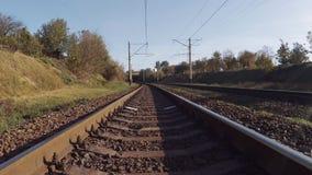 Vlotte camerabeweging vooruit op de spoorweg in de herfst stock videobeelden