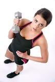 Vlotte Huid Mooie Donkerbruine Vrouw die Gewicht Barbell uitwerken royalty-vrije stock foto's