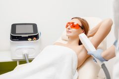 Vlotte huid onder wapens Jong meisje bij de verwijdering van het laserhaar royalty-vrije stock fotografie