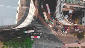 Vlotte lifthommel boven de kruising met de neer camera Verkeer bij dageraad lange schaduwen stock video