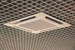Vlotte mooi trellised plafond binnen met airconditioning stock fotografie