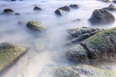 Vlotte overzees op de rots stock afbeelding