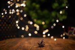 Vlotte schaduwrijke Kerstmis en de nieuwe achtergrond van de jaardecoratie met rond bokeh en denneappel royalty-vrije stock afbeeldingen