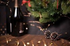 Vlotte schaduwrijke Kerstmis en de nieuwe achtergrond van de jaardecoratie met rond bokeh en denneappel stock fotografie