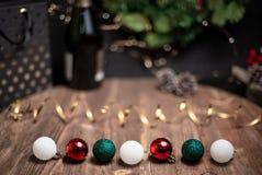 Vlotte schaduwrijke Kerstmis en de nieuwe achtergrond van de jaardecoratie met rond bokeh, fles champagne en de gebieden van het  royalty-vrije stock foto's