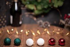Vlotte schaduwrijke Kerstmis en de nieuwe achtergrond van de jaardecoratie met rond bokeh, fles champagne en de gebieden van het  stock afbeeldingen