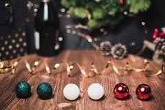 Vlotte schaduwrijke Kerstmis en de nieuwe achtergrond van de jaardecoratie met rond bokeh, fles champagne en de gebieden van het  royalty-vrije stock foto