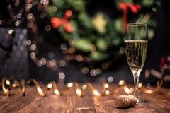 Vlotte schaduwrijke Kerstmis en de nieuwe achtergrond van de jaardecoratie met rond bokeh, gouden lint en champagne en cork royalty-vrije stock foto