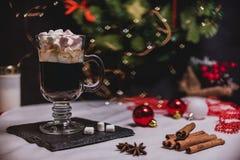 Vlotte schaduwrijke Kerstmis en de nieuwe achtergrond van de jaardecoratie met rond bokeh en kop van koffie met heemst royalty-vrije stock foto's
