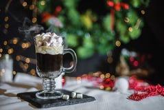 Vlotte schaduwrijke Kerstmis en de nieuwe achtergrond van de jaardecoratie met rond bokeh en kop van koffie met heemst stock fotografie