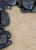 Vlotte stenen op zand royalty-vrije stock afbeelding