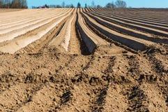 Vlotte voren van landbouwgrond, geploegd gebied in de lente royalty-vrije stock foto